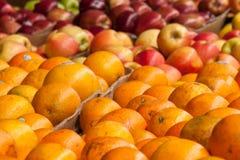 Apelsiner och äpplen Royaltyfri Bild