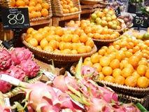 Apelsiner och drakefrukt arkivfoton