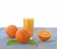 Apelsiner och exponeringsglas av orange fruktsaft Royaltyfria Foton