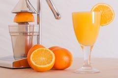 Apelsiner och fruktsaft Arkivfoto