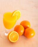 Apelsiner och fruktsaft Fotografering för Bildbyråer