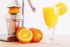 Apelsiner och fruktsaft Arkivbilder