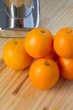 Apelsiner och kromcitrusjuicer Fotografering för Bildbyråer