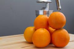 Apelsiner och kromcitrusjuicer Royaltyfri Bild