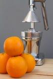 Apelsiner och kromcitrusjuicer Arkivfoton