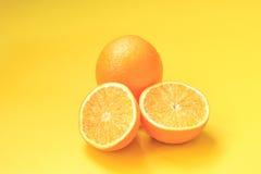 Apelsiner och orange fruktsaft Arkivbild