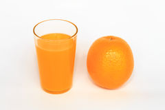 Apelsiner och orange fruktsaft Royaltyfri Bild