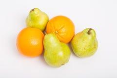 Apelsiner och päron på vit Arkivfoto