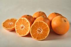 Apelsiner och skivade apelsiner Arkivbild