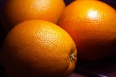Apelsiner på bordlägga Arkivfoto