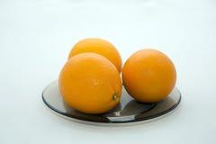 Apelsiner på en platta Royaltyfri Fotografi