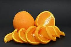 Apelsiner på en svart bakgrund royaltyfri bild