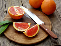 Apelsiner på en träbakgrund royaltyfria bilder