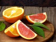 Apelsiner på en träbakgrund royaltyfri foto