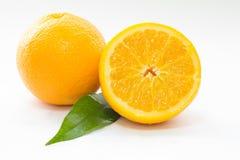 Apelsiner på en vit yttersida Arkivbild