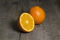 Apelsiner på ett trä royaltyfri bild