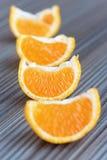 Apelsiner på ett trä bordlägger Arkivbild