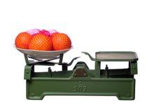Apelsiner på gammalt fjäll royaltyfri bild