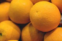 Apelsiner på hyllan av marknaden Arkivfoto