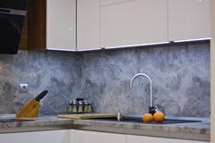 Apelsiner på kökworktopen till vasken Royaltyfria Bilder