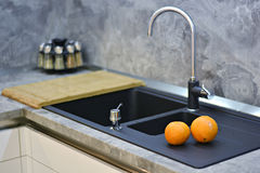 Apelsiner på kökworktopen till vasken Royaltyfri Foto