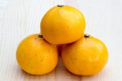 Apelsiner på trägrund Arkivbilder