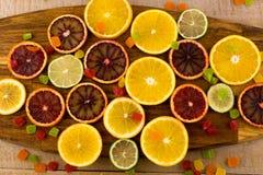 Apelsiner skivor av apelsiner på träbakgrund Arkivbild