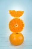 Apelsiner, slut upp hel orange frukt och skivade apelsiner på trä Royaltyfri Bild