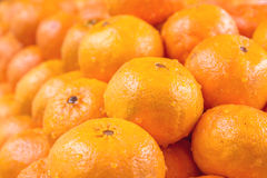 Apelsiner som tillsammans staplas Arkivbilder