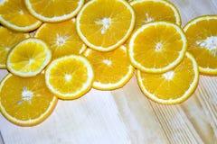 apelsinkilar som ligger på en trätabell Arkivfoto