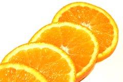 Apelsinstycken på vit bakgrund Arkivfoto