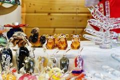 Apen en andere glasbeeldjes bij de Kerstmismarkt van Riga Stock Fotografie