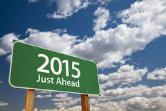 Apenas adiante a estrada 2015 verde assina sobre nuvens e céu Imagem de Stock