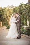 Apenas baile casado hermoso de la pareja en yarda Fotografía de archivo