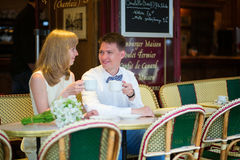 Apenas café de consumición casado de la pareja en un café Imagenes de archivo