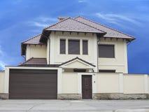 Apenas casa luxuosa builded sobre o fundo do céu azul Imagens de Stock Royalty Free