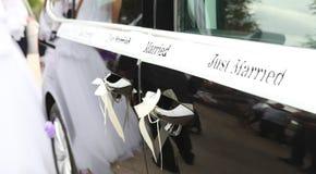 Apenas casado casandose la muestra en el coche Fotografía de archivo libre de regalías