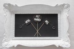 Apenas casado - decoración en la tabla con los anillos Fotografía de archivo libre de regalías