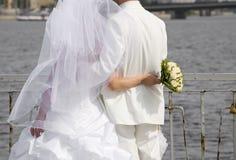 Apenas casado e o rio da esperança Fotografia de Stock Royalty Free