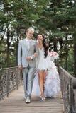 Apenas casado en el día de ellos la boda Imagenes de archivo