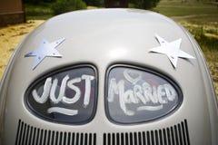 Apenas casado escrito no carro Fotos de Stock Royalty Free