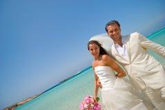 Apenas casado na praia do console da lua de mel Fotos de Stock Royalty Free