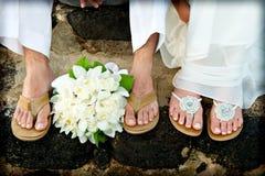 Apenas casado. Pies tropicales de la boda. Fotografía de archivo