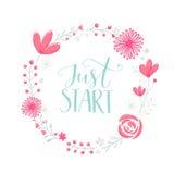 Apenas comienzo La frase de la motivación manuscrita en marco floral de la guirnalda con rosa en colores pastel florece bayas y l Fotos de archivo