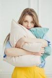 Apenas la muchacha despertada fuera compone soportes con las almohadas Imagenes de archivo