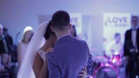 Apenas la pareja casada está bailando en el banquete de boda metrajes