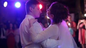 Apenas la pareja casada está bailando en el banquete de boda a su primer festejo alborotado almacen de metraje de vídeo