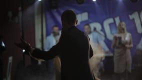 Apenas la pareja casada est? bailando en el banquete de boda Danza de novia y del novio metrajes