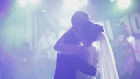 Apenas la pareja casada est? bailando en el banquete de boda Danza de novia y del novio almacen de metraje de vídeo