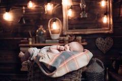 Apenas llevado Familia Cuidado de niños El día de los niños Retrato del pequeño niño feliz Pequeña muchacha con la cara linda par fotografía de archivo